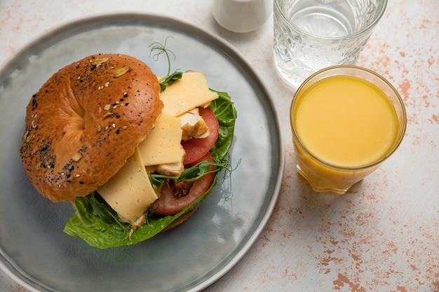 Burger sandwich met vlees, roomkaas, tomaat