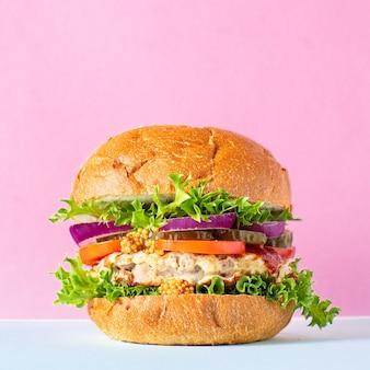 Burger vlees varkensvlees, rundvlees of kip gegrilde kotelet sandwich en groenten