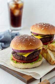 Burgers met vlees, tomaat, komkommer, kaas en ui. amerikaanse keuken. fast food.