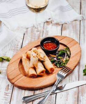 Burito met kip en groenten op houten bord