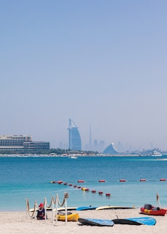 Burj al-arab overdag. zee en blauwe lucht