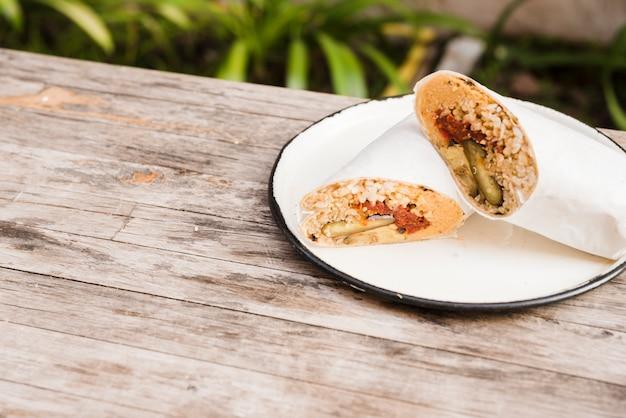 Burrito-omslag op plaat over de houten lijst