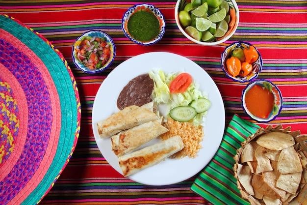 Burrito's mexicaanse gerolde voedsel rijst salade en frijoles