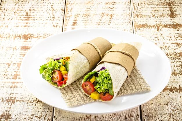 Burrito's wraps met champignons, peper en groenten, pittig mexicaans eten