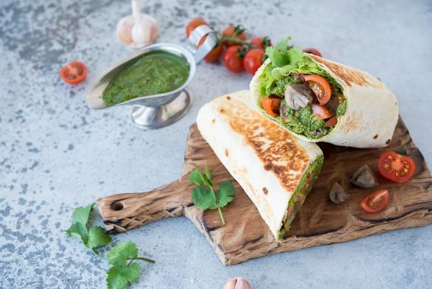 Burrito wraps met groenten en saus pesto.roll met groenten, champignons en pestosaus.