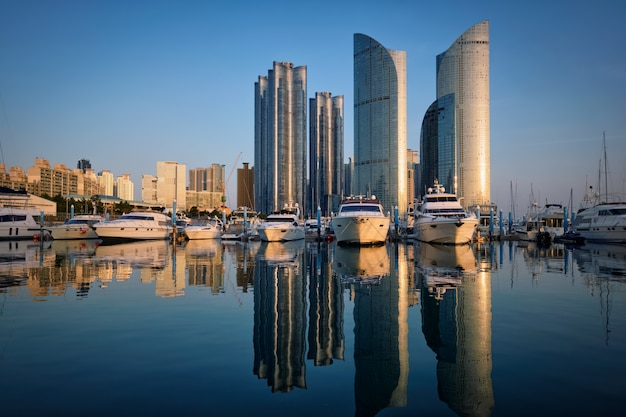 Busan jachthaven met jachten op zonsondergang, zuid-korea