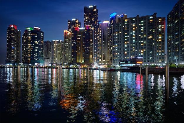 Busan marina stad wolkenkrabbers verlicht in de nacht