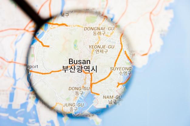 Busan, zuid-korea stad visualisatie illustratief concept op het beeldscherm door vergrootglas