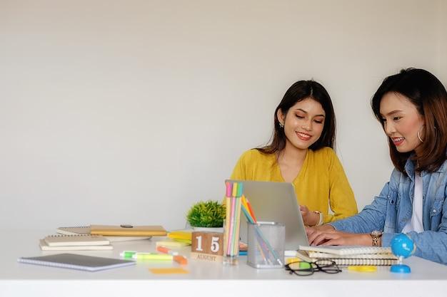 Business casual adviseur analyseren van financiële de voortgang internal revenue
