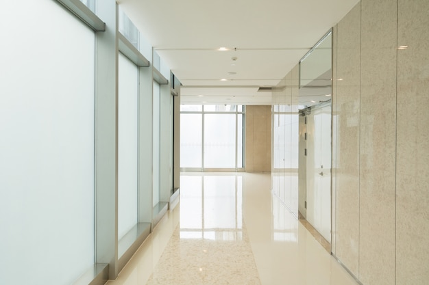 Business center corridor en glazen venster