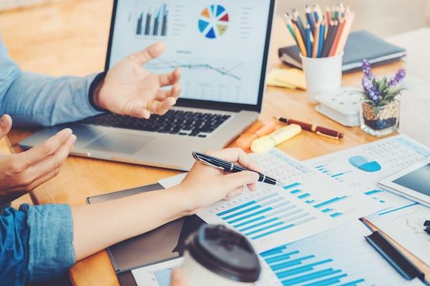 Business co-werkconferentie teamvergadering collega's die nieuwe planning bespreken