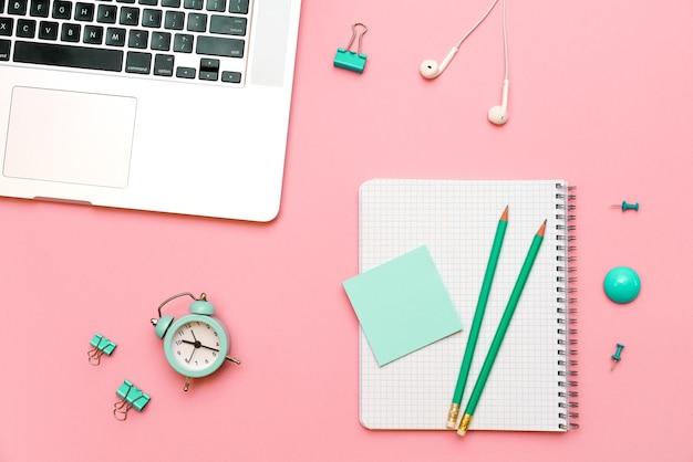 Business concept bovenaanzicht van grijze laptop voorpaneel eenvoudig potlood en sticker op witte pagina groen...