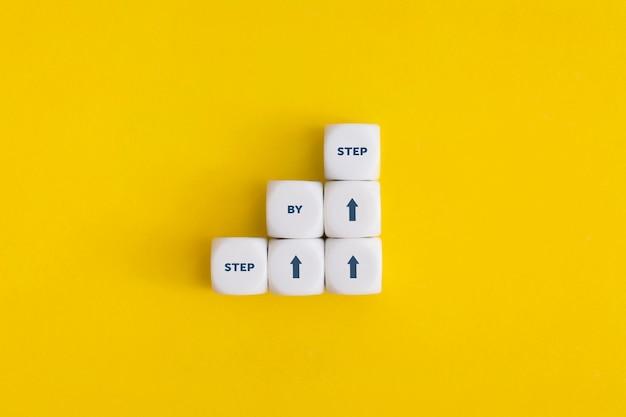 Business concept groei succes proces. stap voor stap. bovenaanzicht met kopie ruimte. plat leggen.