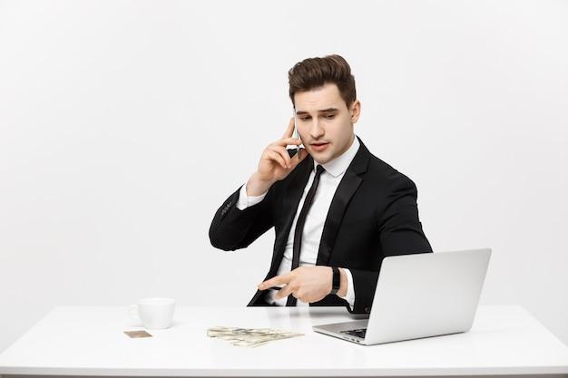 Business concept portret jonge succesvolle zakenman werken in heldere kantoor met behulp van laptop praten...