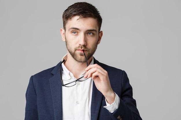 Business concept - portret van een knappe zakenman in pak met glazen serieus denken met stressvolle gezichtsuitdrukking. geïsoleerde witte achtergrond. copy space.
