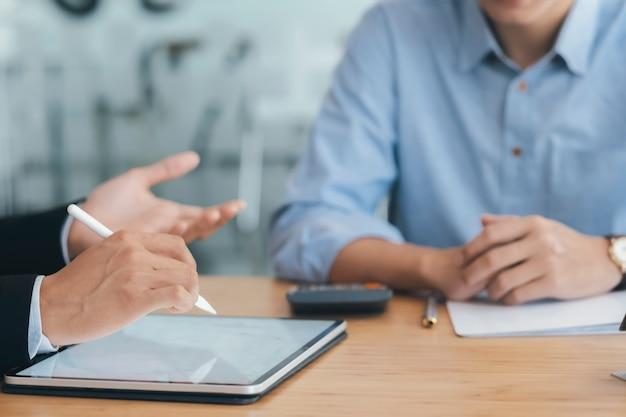 Business consultant bijeenkomst en bespreking van de investering