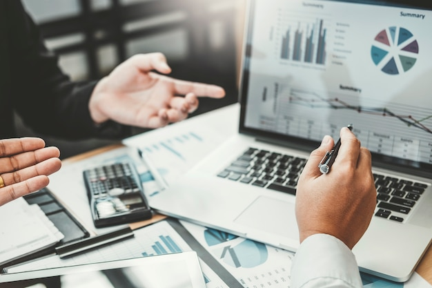 Business consulting ontmoeting bij het werken en brainstormen over financiering van nieuwe zakelijke projecten
