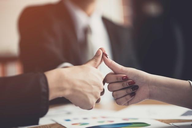 Business consulting zakelijke man vergadering brainstormen
