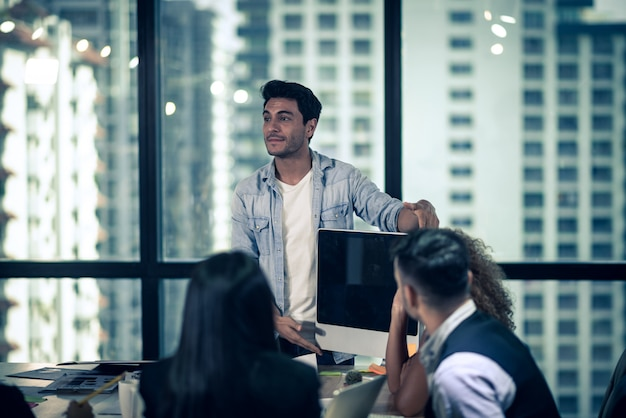 Business consulting zakenman vergadering brainstorming rapport project analyseren