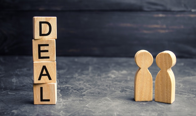 Business deal concept. twee mensen bespreken de voorwaarden van de transactie. financiële overeenkomst.