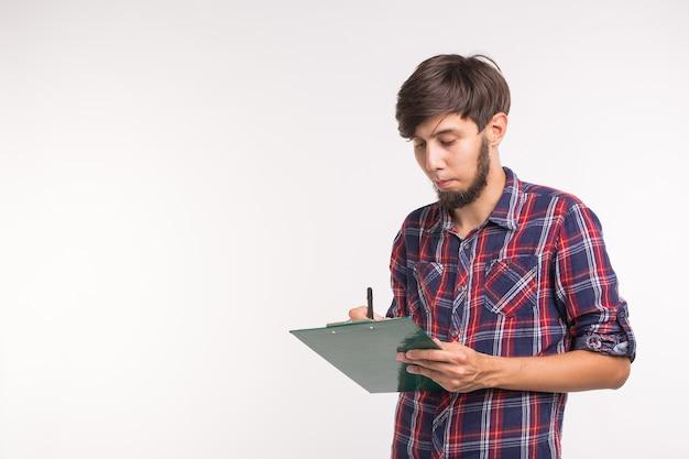 Business en planning concept - knappe lachende man met klembord op witte achtergrond met kopie space