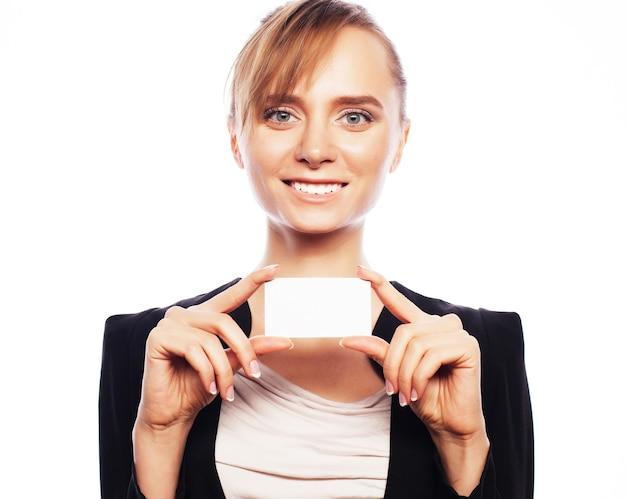Business, finance en people concept: glimlachende zakenvrouw die een blanco visitekaartje overhandigt op een witte achtergrond. positieve emotie.