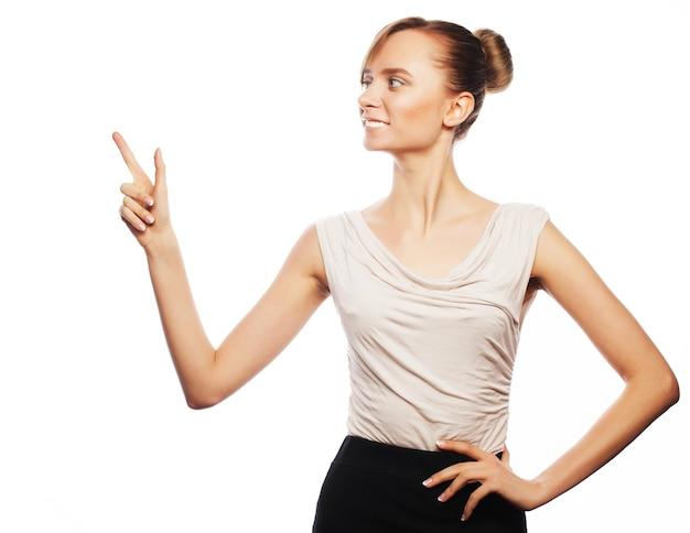 Business, finance en people concept: jonge zakenvrouw toont vingers. studio opname geïsoleerd op wit.