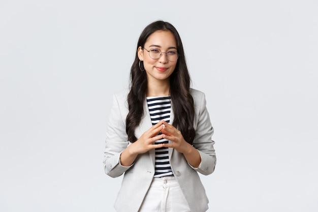 Business, finance en werkgelegenheid, ondernemer en geld concept. creatieve jonge aziatische zakenvrouw heeft een slim idee, denkt, bedenkt of bereidt een plan voor, tuurt naar de camera die geïnteresseerd is.