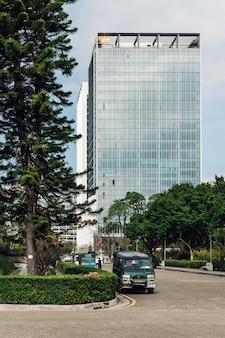 Business-gebied met moderne hoge opkomst gebouw van het uitzicht vanuit het gebied