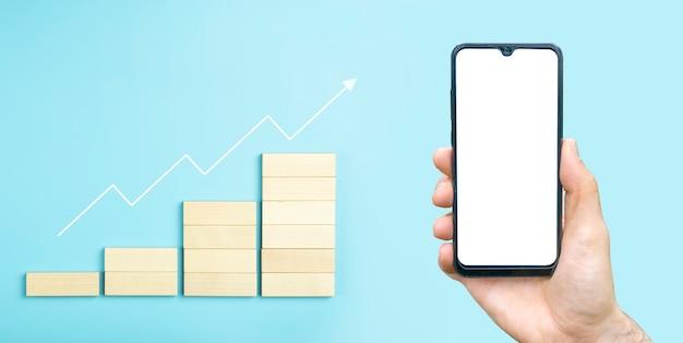 Business groei ontwikkelingsplan concept en business analytics achtergrond hand met lege telefoon