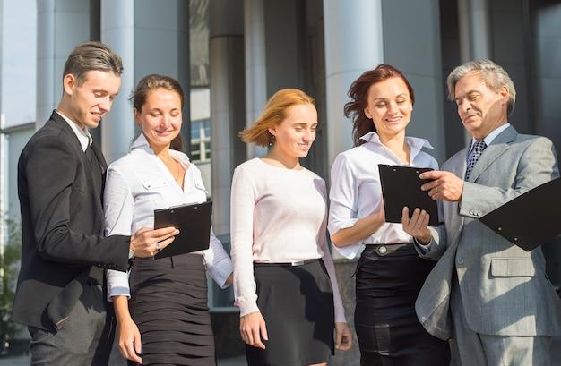 Business group met platen en documenten