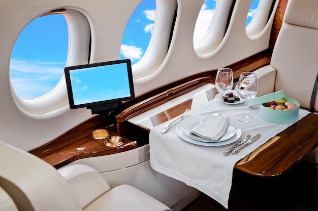 Business jet vliegtuig interieur met blauwe hemel buiten raam