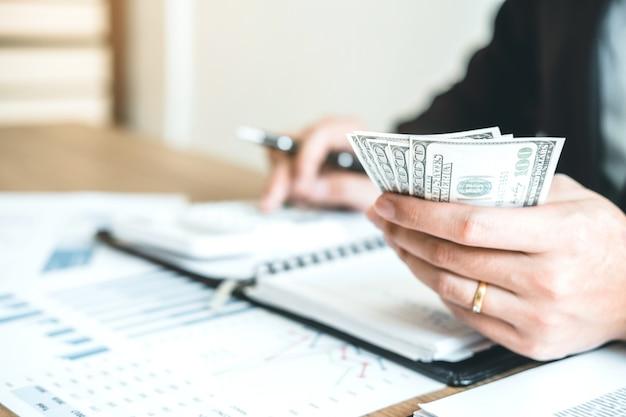 Business man accounting berekeningskosten economische budgetinvestering en -besparing