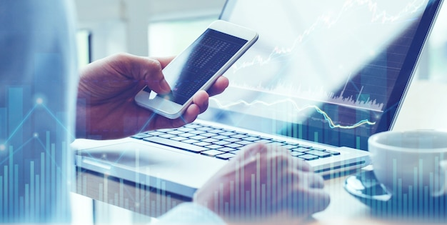 Business man analyse op digitale financiële beurs