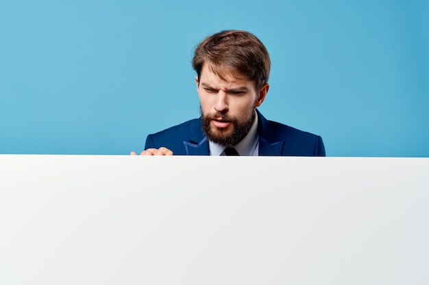 Business man emoties presentatie mockup blauwe muur witte banner.