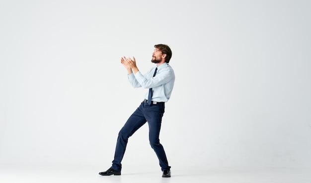 Business man emoties springen lichte achtergrond. hoge kwaliteit foto