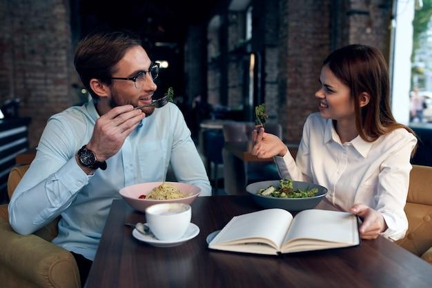 Business man en vrouw ontbijt in een café communicatie collega's
