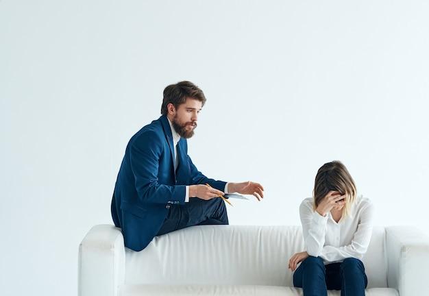 Business man en vrouw team van professionals witte sofa communicatie