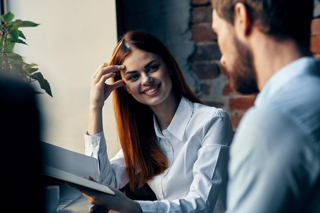 Business man en vrouw zitten aan de tafel werken communicatie kantoor