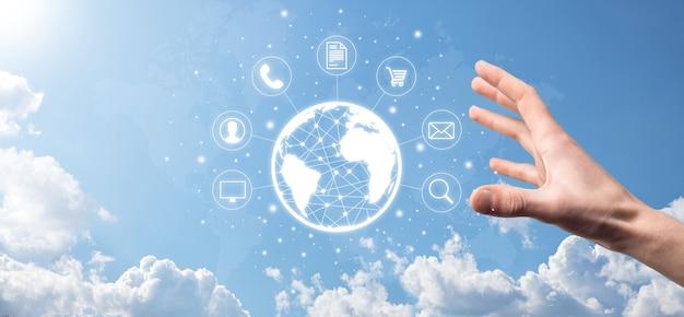 Business man hiold, gebruik, druk op infographic icoon van community technology digital.concept van hi-tech en big data. wereldwijde verbinding. iot internet of things . ict informatie communicatie netwerk.