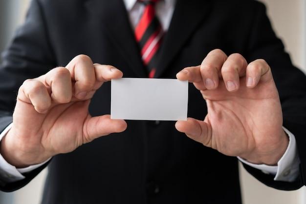 Business man met blanco visitekaartje