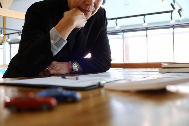 Business man signing contract maken een deal met agent concept voor consultant en autoverzekering concept.