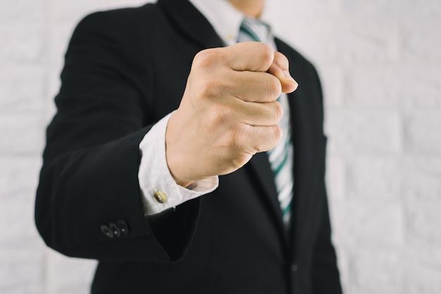 Business man vuist handvol zakelijke successen