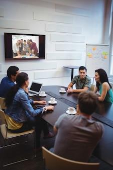 Business managers bezig met een videoconferentie