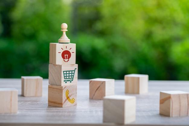 Business, marketing & online winkelen strategie concept pictogram op het toetsenbord van de kubus en computer