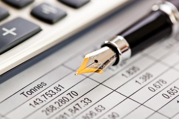 Business objects kantoor uitgebreid qua samenstelling op een tafel