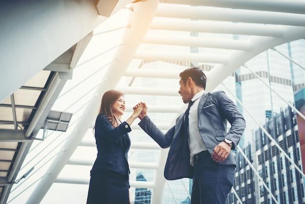 Business paar hands-up doen ja buiten. concept van teamwork