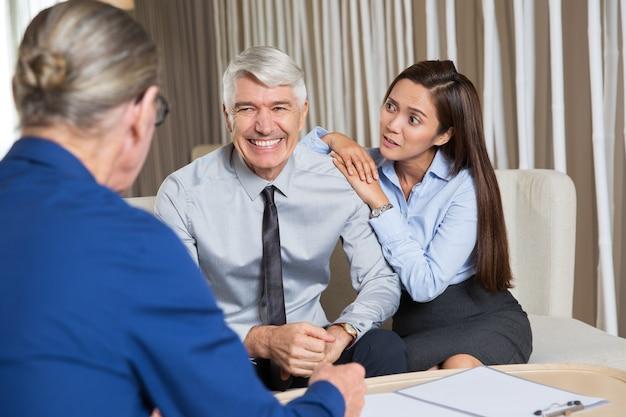 Business partners en bezorgd vrouw bij lijst
