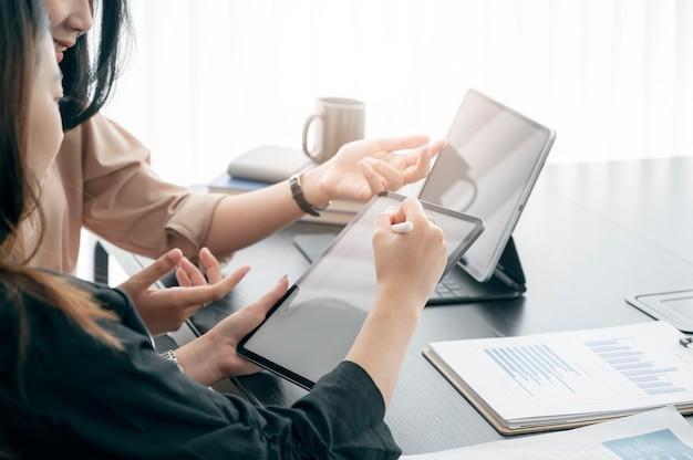 Business team analyse samen te werken tijdens de vergadering op kantoor