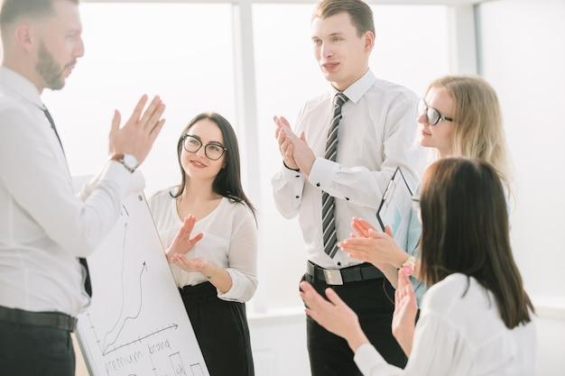 Business team applaudisseren na een succesvolle zakelijke presentatie. zaken en onderwijs